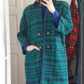Vintage Valentino coat in very good condition Material: 80% wool 20% mohair Size: IT 42 which equals to Danish 38 I'm 170 cm and usually I wear 36 I think the coat would fit 36-38, or 34 for slightly oversized fit Bought on Vestiaire Color: turquise green with purple
