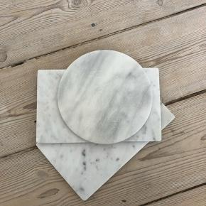 Pickup only near central station due to easily damageable during shipping. Small marble slates in excellent condition. Great for jewellery display and/or other decor.