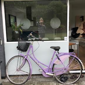 Sælger denne fede vintage cykel i lilla. Cyklens støtteben er knækket og der mangler en ventil til det ene dæk før det kan pumpes. Cyklen har brugsspor / rust nogle steder, men synes det får den til at fremstå mere retro / vintage 🤷🏼♀️ lås følger ikke med. Det er muligt at fjerne cykelkurven hvis dette ønskes. Gearene fejler ikke noget 😊 alt i alt trænger cyklen bare til en kærlig hånd og det har jeg desværre ikke tid til ifht hvor lidt den benyttes ☺️