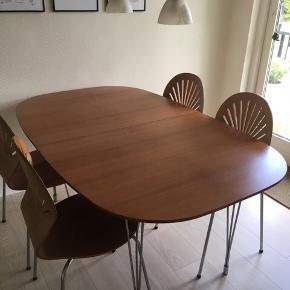 Spisebord kirsebærlignende + 4 stole, brugt men i pæn stand.  Mål : 160x100 cm