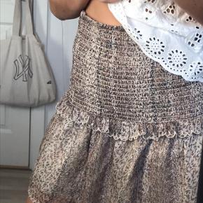 Fin nederdel, brugt meget, meget få gange og fremstår derfor næsten som ny Sælges udelukkende da jeg ikke selv får brugt den nok, desværre, da den er i de fineste farver😇😇😇