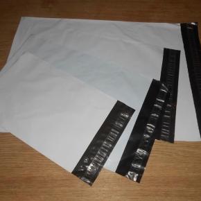 Hvide/lysegrå forsendelsesposer så der kan skrives direkte på kuverten - sorte indeni.  Har fire forskellige størrelser:  175x255 mm: kr. 1 pr. stk 225x325 mm: kr. 1,25 pr. stk  240x350 mm: kr. 1,25 pr. stk 325x425 mm: kr. 1,50 pr. stk  Vælg selv hvor mange af hver du ønsker.  Porto afhænger af, hvor mange der købes ;o) En vejer 7-9 gram for de tre mindste og 18 gram for de største