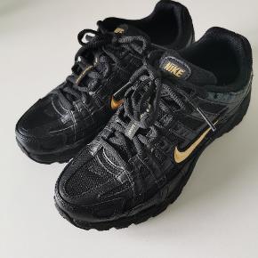 Lækker Nike p-6000 i sort/guld har kun vært brugt 1 gang så de er som nye indvendig mål på dem er 23cm