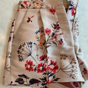 Smukkeste blomstrede shorts fra Stella. I god stand. Nypris var 3200kr.