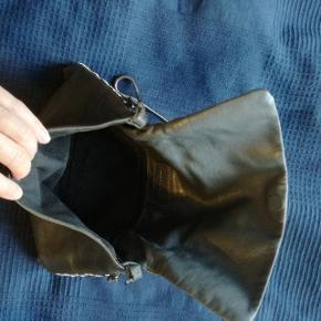 den er koksgrå mørkegrå. har alm patina men god stand. læder.nul bytte. jeg tager mobilepay på 93 86 38 96 til camilla c.