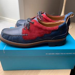 BYD ❤️ BYD ❤️Fantastiske kvalitetssko fra Canadiske designer John Fluevog. 👞  Model LITTLE WING 🕊  Fået i gave fra USA, men desværre for små.  US størrelse 10 sv t dansk str 42.   Afsindigt lækker sål, Fluevogs varemærke Angel Soles - Resists Alkalai, water, fatigue, dirt and SATAN.  Håndsyede og producerede i Indien på en ordentlig fabrik.   Nypris 379$   Link til sko og produktionsvideo -   https://youtu.be/yxKClIqboP4 https://www.fluevog.com/shop/5052-little-wing-blue
