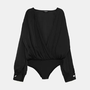 Bodystocking/bodysuit, med perledetalje i ærmerne