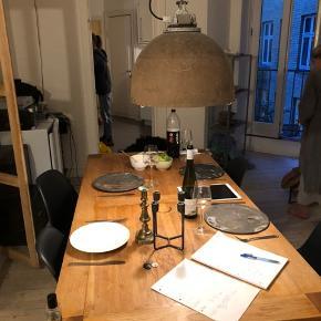 Fantastisk flot bord som kostede over 6000 kr. Der er et brændemærke , se billed 2 , men det vil g nemt af med en slibning... Sælges billigt da jeg gerne vil have det afhentet hurtigt... Mål 180x 90..... medfølger2 plader bliver det 1 m længere.....