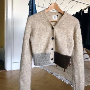Jeg sælger min fine H&M Studio cardigan, da jeg ikke får den brugt. Den er størrelse XS og fremstår som ny, da den kun er brugt få gange :) Den er lavet af 33% polyamid, 32% mohair, 32% uld og 3% elastan.
