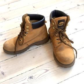 Støvle fra Dockers i brun/camel brugt sidste vinter og med lidt slid på snuden og snørebånd (ses også på billederne).