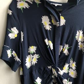 Ganni kjole Super sød sommerlig Kjole fra Ganni i str. 42💕 sødt blomstermotiv i hvid, gul og grøn. Selve kjolen er i en flot mørkeblå farve. Kjolen er i fin stand, men den er brugt og vasket et par gange 🤗  ✨Sælges for 600kr   💜kan afhentes i Gentofte eller Østerbro/Kbh💜  #Secondchancesummer