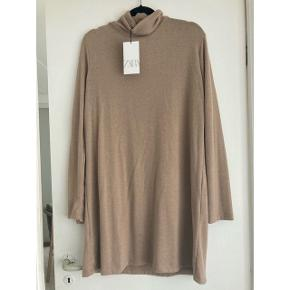 Sælger denne super bløde strik kjole med rullekrave fra ZARA.  Helt ny, aldrig brugt - stadig med mærket på.  Kjolen måler 94 cm.  Sendes med DAO via Trendsaleshandel - pris for fragt kommer oveni :)
