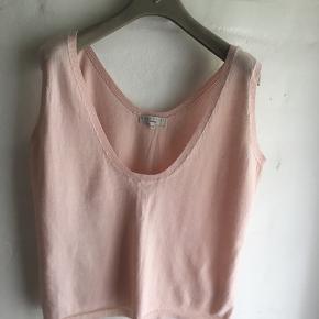 Sød top i tynd fin cotton strik  Sart rosa  Brystvidde 2x47 cm  Se mine øvrige annoncer ...... der er masser af lækkerier at finde :-)))