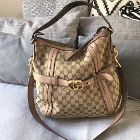 Flot Gucci taske med kanvas og læder. Tasken er stor nok til at rumme en A4 mappe.  Ny pris: 9800kr Bemærk slid på bagsiden, hvorfor den lave pris.
