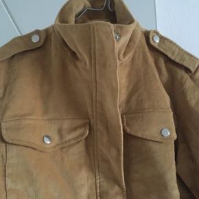 Kort jakke i fløjl, passes af xs-s   Sendes på købers regning eller hentes på Nørrebro ☺️ annonce slettes d. 30 marts da mit tøj ellers sælges på loppemarked.  #30dayssellout