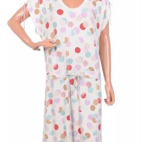 Varetype: Kjole Størrelse: Small Farve: Se billeder  Fin sommer kjole fra Wood Wood med bare arme og bindebånd på skulder og i taljen.  Helt ny, med mærket på.     Materiale er;   95% VI - 5% EA    Mål er  Længden 109 cm  Brystmål 2 x 51 cm    *** BYTTER IKKE ***