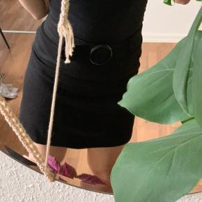 Sort nederdel fra H&M med bælte   Giver mængderabat 🌟