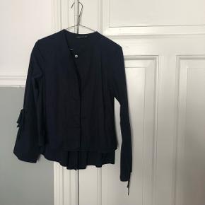 Mørkeblå skjorte fra ZARA med fine hvide knapper og sløjfer med ærmerne.