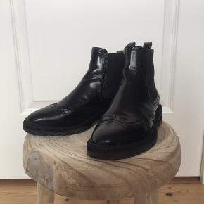 Sælger disse flotte støvler i lak fra Billie Bi, da de desværre er en kende for små til mig