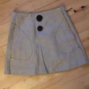 Mango linen nederdel fra premium kollektionen. Str xs - s men fitter small medium. Brugt få gange. Den ene knap sidder/hænger løst (kan ordnes med nål og tråd. Nypris 799,- ingen bytte