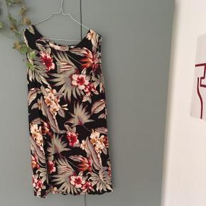 Smuk vintage kjole, som passer perfekt til sommer. Passer en str S/M. I virkelig god stand, har nærmest ingen tegn på slid 🌺