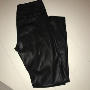 Sælger disse imiteret læder bukser fra Zara. Bukserne er højtaljet og uden lommer.