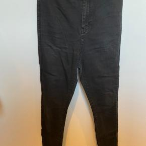 Sorte High waist jeans - Længde 30. Skriv privat for flere billeder og detaljer. Prisen kan forhandles. 3 for 2 på hele min profil