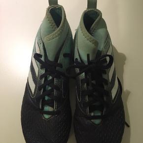 Fodboldstøvler. Kun lidt brugt.