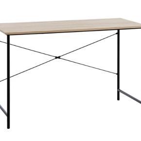 Skrivebord fra Jysk - VANDBORG  Måler 60x120 cm og er 75 cm højt.   Nypris 500 kr. - købt i starten af 2020 og fejler absolut intet.   Kan afhentes på Frederiksberg.