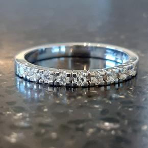 Smukkeste Diamantring / Alliancering i 14 karat hvidguld sælges. Prydet med 9 brillantslebne diamanter på i alt 0,27 carat. Farve: Wesselton. Klarhed: SI. Stemplet JGTJ 585. Str. 54/55. Købsbilag medfølger. Nypris kr. 13.500,- kr.  ** Diamantring - Fingerring - Brillant ring - Guldring med diamanter - Brudeudstyr smykker - Smykker guld - Ring diamant - Ring guld - Alliancering - Guld smykker - Ring hvidguld diamanter **