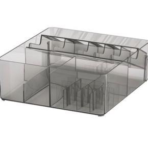 Forholdsvis stor kasse med forskellige rum