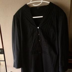 Flot kjole fra In Wear str 38, velholdt, sidder stram foroven og løsere om hoften, mp 60kr