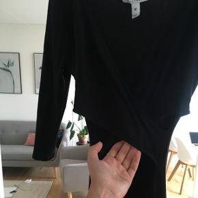 Gulvlang Nelly Trend kjole med slids, og kryds henover bryst, samt åben henover mave. Rigtig fin men desværre for lang til mig (1.68).