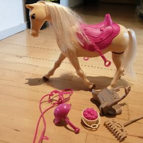 Barbiehest med tilbehør i flot stand.