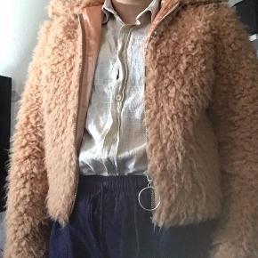 Pæn jakke som aldrig er blevet brugt. Sælger jakken fordi jeg ikke kan lide længden.  Kun til afhentning