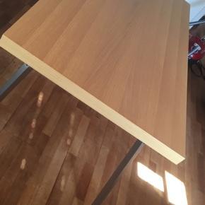 Spisebord i lyst træ med stål ben Fin stand. Lidt småridser man kun kan se hvis man kommer helt tæt på. Et godt nemt bord at holde.  Højde: 75 Længde: 160 Bredde: 80 Røgfrit og dyrefrit hjem  Varde syd