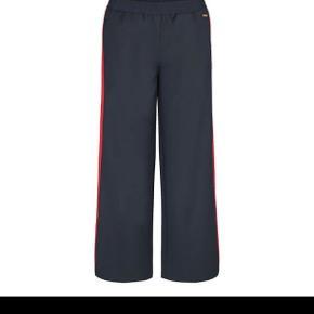 Bukser fra costbart i størrelse L (børne str), svarer til en s-m i voksen størrelse. De er brugt max 2 gange. BYD gerne!