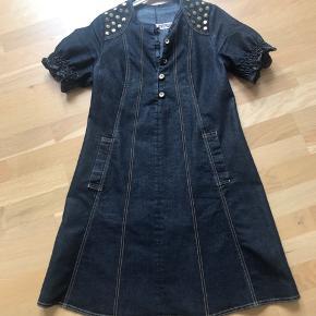 Supersød denim kjole sælges. Den er brugt men har ikke nogle slidmærker. Er kun vasket med skånesommet vaksepulver.  Nypris 1100kr