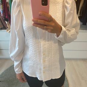 Hvid vintage skjorte med plisse foran og smuk krave.