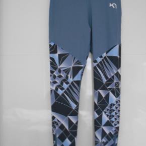 Flotte nye tights aldrig brugt. Med bred elastisk i taljen og almindelig højde. Har lynlås nederst ben. Indvendig benlængde: 73 cm Livvidde: 76 cm i slap tilstand.  Er i farven lyseblå/grålig. Består af: 73 polyester og 27 % elastine. Sendes med DAO.