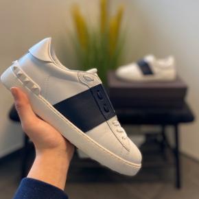 Valentino sneakers  Str 40 fitter 41 Cw: hvid/navy Medfølger: alt OG Cond: som nye, næsten ikke brugt  Nypris: Ca. 3500 DKK Modtager bud fra: 2100 DKK