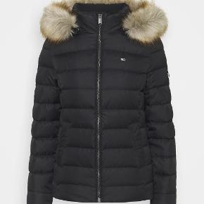 Fed jakke brugt meget lidt, sælges grundet vægttab. Den er lille i størrelsen. Passer en L/XL
