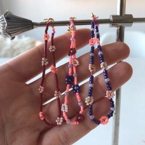 3 perle armbånd med små blomster💮 prisen er samlet for alle 3 inkl Porto