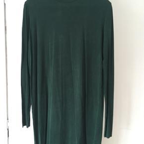 Flot kjole i farven cactus Green og lækkert stof  92% cupro 8 % Spandex