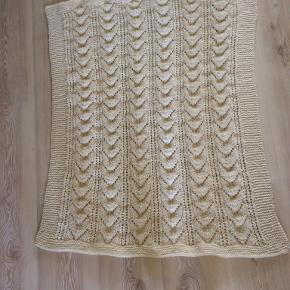 Barnevogns tæppe ren uld. Måler ca 70x90 cm. Kan uld vaskes i maskine.