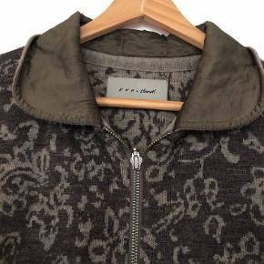 Flot trøje i gode farver. lynlås foran. brugt få gange. ærmegab til ærmegab 2 x 50 cm. længde fra top skulder 55 cm. Brune farver med lidt blå..  sender med Dao til 38.-