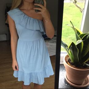 Fin lyseblå sommerkjole med one shoulder 🌼🌼Kun brugt to gange og fremstår derfor som ny.