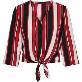 Varetype: skjorte Farve: rød-hvid-sort Oprindelig købspris: 199 kr.  skjorte, kun brugt 1 gang.