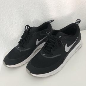 Nike Air Max Thea. Str 38.5. Passer ca str. 37, da de er små i str. Brugt få gange og fremstår derfor i rigtig god stand.