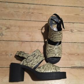 Flotte slangeskindssko med plato hæle i rigtig 90'er/00'er stil.  150kr budt